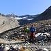 Il sentiero passa sotto al ghiacciaio,  [u Roberto59]  e [u Barba43] con sull sfondo la nostra meta