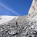 Schutt auf dem Gletscher macht die Steigeisen überflüssig