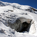Gletscherspalten, auch grosse. Im Hintergrund links der Mitte die steilste Stelle im Abstieg zu erkennen.