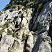 ...sehr steile, mit Seilen gesicherte Felspassagen; erdig-rutschige   , glatte Schroffen.