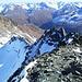 Von hier sieht die Traverse (links der Bildmitte) im Firn vom Mitterkarjoch zum Grat hinauf sehr übel aus, weil der Firnabhang hinab zum Bergschrund sicher bis 60° steil wird. Der Grataufschwun rechts der Mitte wird südlich (von hier aus rechts) umgangen.