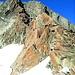Der anspruchsvolle Südgrat im Abstieg. Oben in der Rinne rechts sitzen die anderen aufeinander wartend (Steinschlaggefahr)