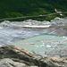 Der See am Rhonegletscher im Kontrast zu Passstrasse und Frühlingsgrün