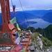Gridone-Gipfelkreuz mit Blick auf das Maggia-Delta – und was klebt da Weisses?
