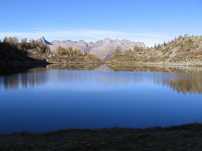 Il lago Mognola e le montagne del gruppo del Pizzo di Rod.