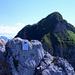 Zum Greifen nah und doch unerreichbar: Das Gipfelbuch auf dem Westgipfel, gesehen vom Ostgipfel