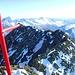 Die gesamte Gipfelschneide wird unterbrochen von kurzen Abschnitten Firngrat.