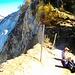 Picknick an der Abbruchkante des Illgrabens, kurz unterhalb des höchsten Punktes. Der Wegweiser rechts oben im Bild zeigt den prächtigen Weiterweg zur Cabane de l'Illhorn