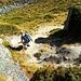 Im steilen Abstieg von der Pointe de Balavaux zum Basso d'Alou. Diese Stelle <i><b>(T3</b></i>, gemäss [u Pfaelzer] sogar etwa <i><b>T4)</b></i> sieht von unten [http://www.hikr.org/gallery/photo387980.html?post_id=29183#1 so] aus