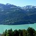 Kurz oberhalb der Ausweichstelle Geldried (ca. 1050m) kann man über dem Brienzer See dessen südliche Bergumrahmung mehr und mehr überblicken.