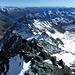 Weite Gipfelaussicht von der Fortsetzung der Hohen Tauern im Osten über Karawanken, Julische Alpen, Karnische Alpen und den Venezianer Alpen ganz im Süden.<br />Weiter vorne in der rechten Bildhälfte die südöstlich der Glocknerberge gelegene Schobergruppe.