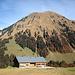 Blick über eine Vorsäß-Hütte zum [u Jackthepot]-Ridge an der Üntschenspitze