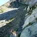 Der steile Anstieg durch das Kar nordseitig hinter den Lanzizähnen wird erleichtert durch den Schatten derselben. Der Weg führt durch die schmale Scharte ganz oben ... ja man soll es nicht glauben ...