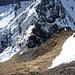 Tiefblick aus dem Grasaufschwung auf den links umgangenen letzen Turm im N-Gipfel N-Grat. Auf dem Felsbuckel rechts steht die blinde Gemse