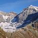 Blick ins Val Punteglias, die SAC-Hütte ist in der Mitte an der Schneegrenze.<br />Im Hintergrund Piz Frisal und (versteckt) Bifertenstock, in Bildmitte der Bündner Tödi.
