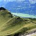 Das Alter geht an den Bergen auch nicht ohne Spuren vorbei - eine recht faltige Bergflanke. Da bekommte Faltengebirge eine ganz neue Dimension ;-). In der Tiefe im Haslital der Miltärflugplatz bei Meiringen, der dieses Jahr ordentlich Lärm produziert hat.