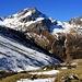 In prächtigen Herbstfarben und ein wenig eingeschneit präsentiert sich das Älplihorn (3005,6m) aus dem Chüealptal. Rechts vom Älplihorn, durch die Leidbachfurgga (2727m) getrennt, steht das Leidbachhorn (2908m), links vom Älplihorn, durch die Bärentällifurgga (2745m) getrennt, der namenlose Gipfel P.2844m.