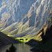 Mystisch: Vor den senkrecht herabstürzenden Felswänden leuchtet die Fählenalp in der herbstlichen Spätnachmittagssonne