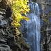 Herbstlich umrahmter Wasserfall zwischen Gerra und Alnasca