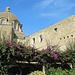 hinter der Caffetteria del Monastero erhebt sich die Ruine der Kathedrale
