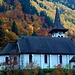 Die schöne Kirche von Bristen mitten im Farbrausch.