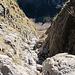 Blick die Felsrinne hinab