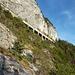Die Bahnstrecke Innsbruck - Scharnitz geht mitten durch die Martinswand. Hier die Gallerie östlich der Martinswand, wo wir beim Abstieg vorbei kommen.