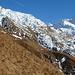 Hütte und Aufstieg über die Flanke, meist am Grat entlang zum Gipfel, der links hervorspitzt