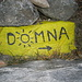 Che sia un percorso tutto al sole lo si capisce anche dalla pietra che segnala il primo monte, Dömna