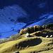 Zwei Welten:  Drunten im Tal Utzigmatten (Unterschächen), welches in den sonnen-losen Winterschlaf versunken ist.  Oben die sonnen-verwöhnten Hänge oberhalb Urigen