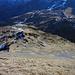 Blick vom Gipfel in die Aufstiegsroute, unten über die Schneepunkte, rechts die kleine Scheidegg