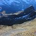 Das nächste Ziel, das Lauberhorn weglos über den zackeligen Grat, dann im Schatten unterhalb der Felsen absteigen bis etwa hundert Höhenmeter über dem Weg und dort auf den Gras- Rücken vom Lauberhorn