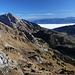 Gipfel Lütispitz - Ausblick in östliche/südöstliche Richtung. Gut ist der Nebel im Rheintal erkennen. Dahinter erstreckt sich die Bergwelt von Liechtenstein und Österreich.