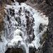 Teilweise vereister Wasserfall beim Sylvensteinstausee normal belichtet