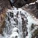 Teilweise vereister Wasserfall beim Sylvensteinstausee langzeitbelichtet
