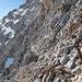 ...... zum Steinmann am jenseitigen Gratabsatz kurz unter dem Gipfel. Das darunter befindliche Schneefeld habe ich später im Abstieg mit Grödeln begangen, es ist knackehart gefroren.