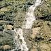 Am Weg im Sperrbachtobel und wieder rauscht ein Wasserfall übern Weg