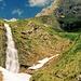 Der Muttler (2366 m) überm Sperrbachtobel, das Schmelzwasser stürzt über Kaskaden in den Sperrbachtobel.