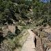 Am Canal de la Hidroeléctrica del Duque del Infantado - Rückblick zur Brücke über den Barranco de Chillo (Puente del barranco del Chillo).