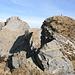 Oltre il pietrone (in basso nella foto) c'è il vuoto. Più avanti, la cima 2224. A sinistra, invece, la Cima d'Erbea W