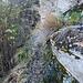 Weg nach Condello unten, dem Felsband entlang.