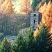 Campanile della chiesa di San Benedetto tra i fiammeggianti colori autunnali