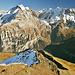 Ausblick vom Schilthorngipfel. <br />Mein Abstieg führte nach links über den schattigen Schneehang hinunter zum Grauseeli. <br />Später ging es weiter über den den grasigen Bergrücken mit der auffälligen Licht/Schatten Grenze zum Bryndli.