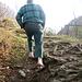 """Er, die Hände in den Hosentaschen und ohne Socken draussen, war für kurze Zeit unser """"Bergführer"""". Dank seiner freundlichen Unterstützung haben wir eine direkte Verbindung von Dörfji zum Bützieinstieg bei P. 622 nutzen können.   Man geht von Dörfji kurz die Straße Richtung Chräjen und nach dem Tobel gleich links haltend (Pfad ist in der Karte eingezeichnet) nach oben. So kann man sich bei Stöck den Zwischenabstieg auf dem Forstweg ersparen."""