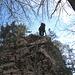 Noch eine seilgesicherte Felsstufe auf den Waldboden runter