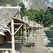 das Hotel schwimmt auf Bambus