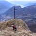 La cima si trova più in alto della croce ma da questa si ha una magnifica vista sulla Valle d'Intelvi e il Lago di Como con la punta di Bellagio.