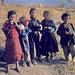 Kinder im Dorf sehen wie  kleine  Erwachsene aus
