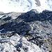 Vom Kamin zum Gipfel: Beim roten Punkt habe ich das [http://www.hikr.org/gallery/photo681389.html?post_id=44650#1 vorletzte Foto] aufgenommen. Ganz rechts eingekreist der Steinmann vom [http://www.hikr.org/gallery/photo681390.html?post_id=44650#1 letzten Foto]. Von hier gesehen erscheint der in der [http://www.hikr.org/gallery/photo681381.html?post_id=44650#1 Übersicht] grün eingezeichnete Aufstieg über den Grat logisch. Heute bin ich aber der im Führer eingezeichnete Route weiter westwärts gefolgt.