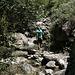 Unterwegs in den Los Cahorros de Monachil (Hinweg) - In das Flussbett sollte nur bei geeignetem, niedrigem Wasserstand ausgewichen werden! Das Tal weitet sich mittlerweile wieder auf.